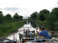 MF studies the lock situation at Ribbontail Bridge... from the sharp end of 31B