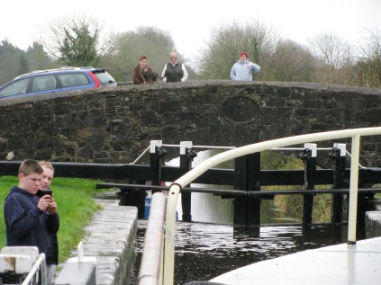 Blackthorn's folk gather to help with the lock gates and a quick chat... before the rain chased them indoors...