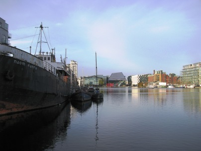 Another view... looks peaceful. The ship closest on the left is home of the world renowned 'Surf Dock'
