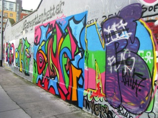 This area contains quite a bit of aborted building works... so, the street artists strike! Colourful or trash?