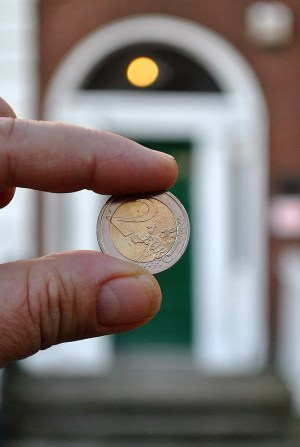 2 Euro's!! The good fortune was with me... two whole Euro's to be found in front of another green door... no luck with the lotto though!
