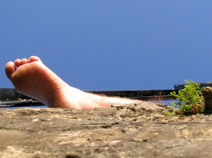 Blue sky and foot... summer bliss !