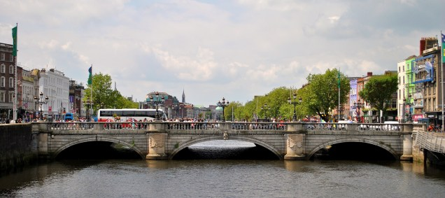 Humanity everwhere... busy Saturday in the sunshine... O'Connell Street Bridge...