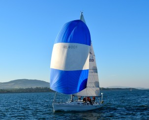 Blue and white spinnaker ... into the harbour she comes!